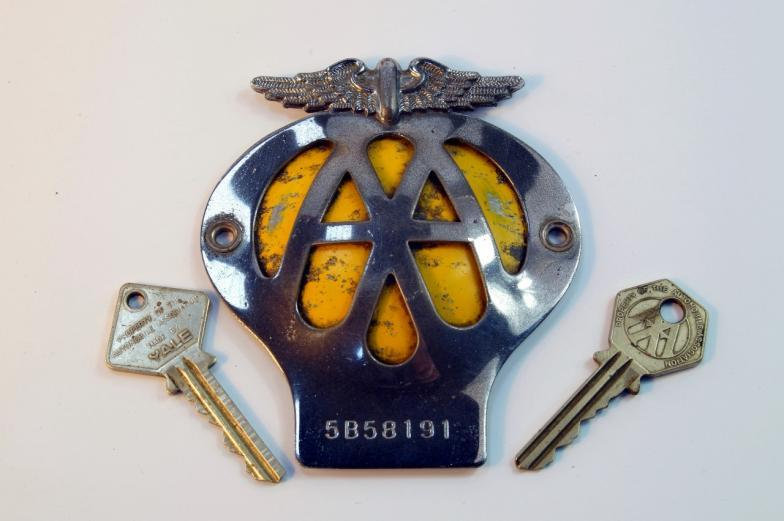 Vehicle Parts & Accessories Two Aa Badges And Two Aa Keys.
