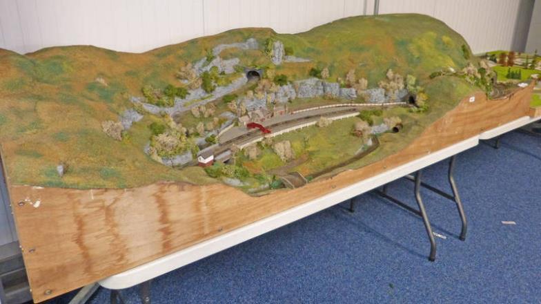 Taylors Auctions : N GAUGE MODEL RAILWAY LAYOUT - 245CM LONG